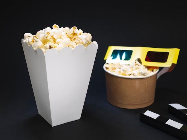 Caixa de pipoca salgada close-up com óculos 3d