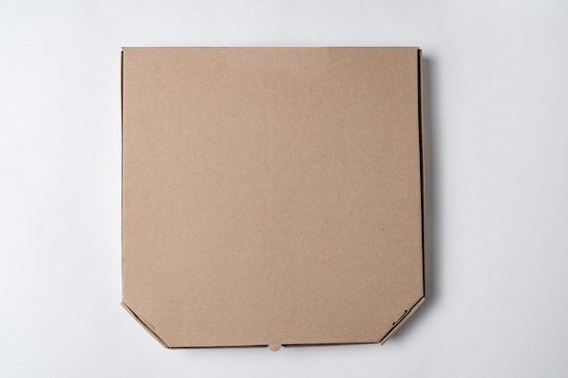 Caixa de pizza de papelão no fundo branco. maquete, lugar para texto.
