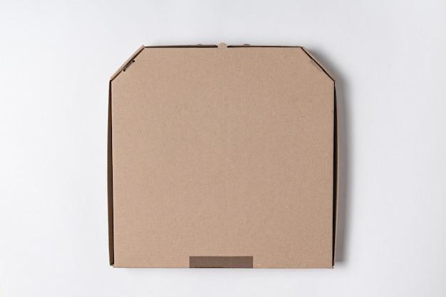 Caixa de pizza de papelão no fundo branco.