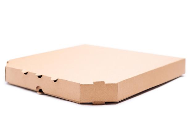 Caixa de pizza vazia isolada no fundo branco