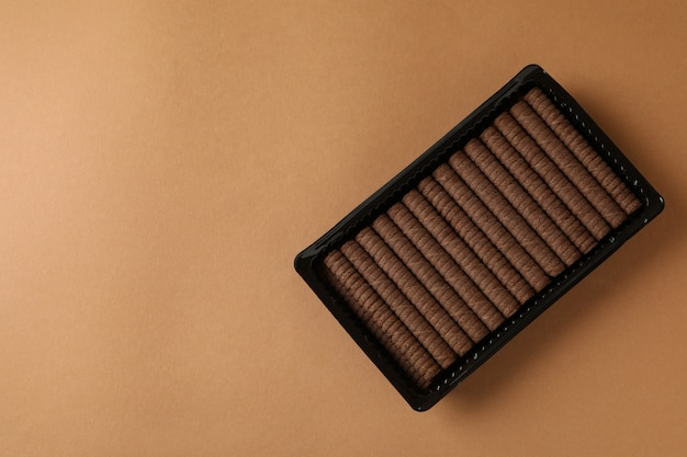 Caixa de plástico com bolachas de chocolate em castanho