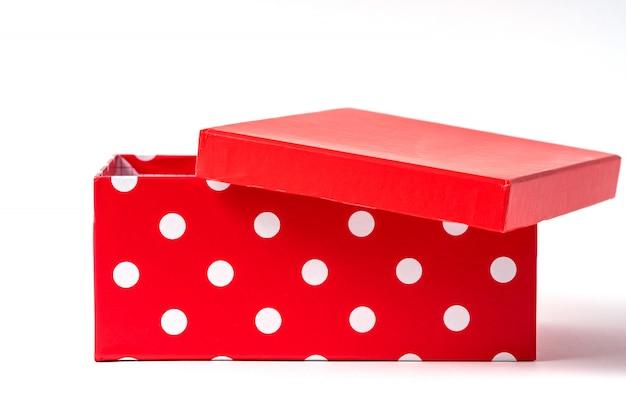 Caixa de presente aberta isolada no branco.