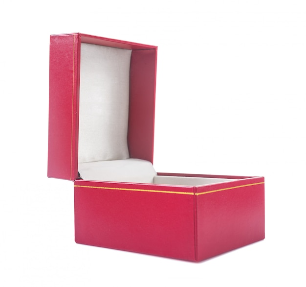 Caixa de presente aberto coberto com couro texturizado macio vermelho isolado no branco