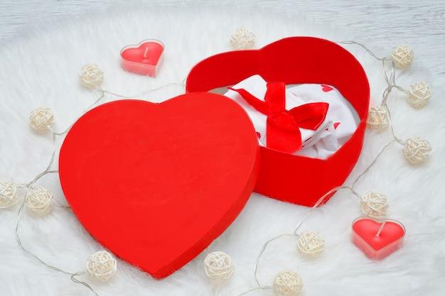 Caixa de presente aberto em forma de coração.