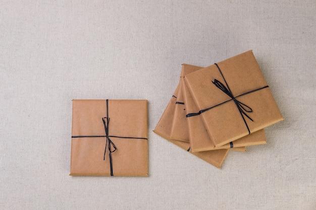 Caixa de presente amarrada com banda