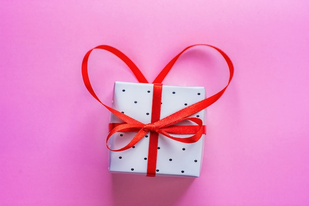 Caixa de presente amarrada com fita vermelha