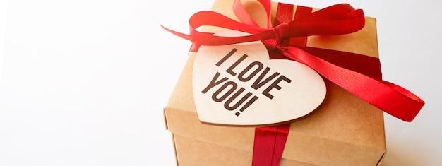 Caixa de presente artesanal com a placa eu te amo em coração de madeira
