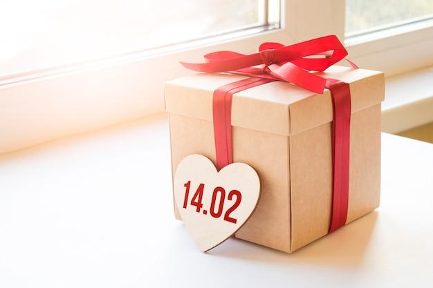 Caixa de presente artesanal com placa 14 02 em coração de madeira