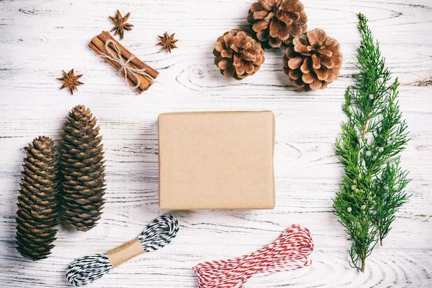 Caixa de presente artesanal em branco rústico de madeira com abeto de decoração de natal
