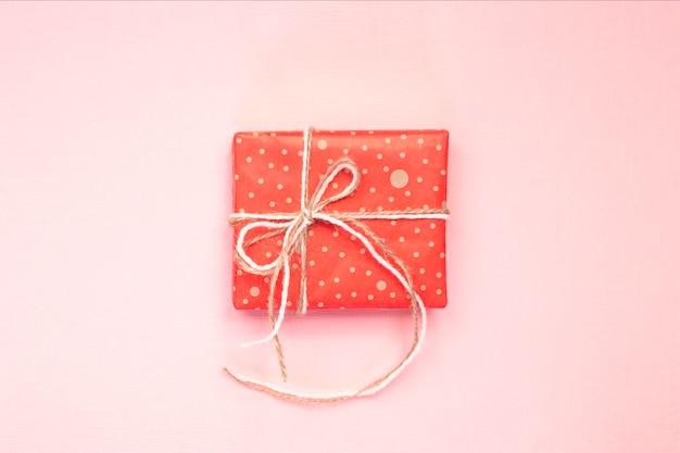 Caixa de presente artesanal em papel de embrulho vermelho com fita artesanal