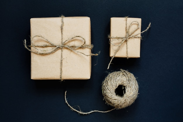 Caixa de presente artesanal embrulhada em papel ofício com corda e laço no preto