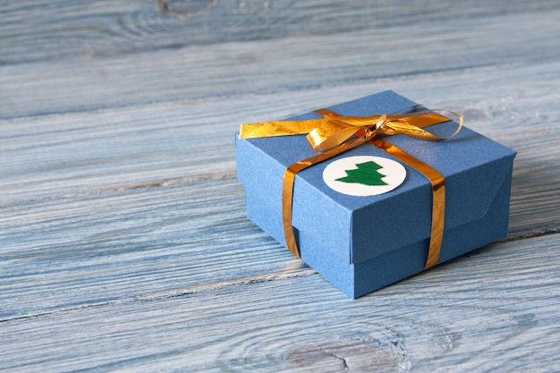Caixa de presente azul com fita dourada para o natal