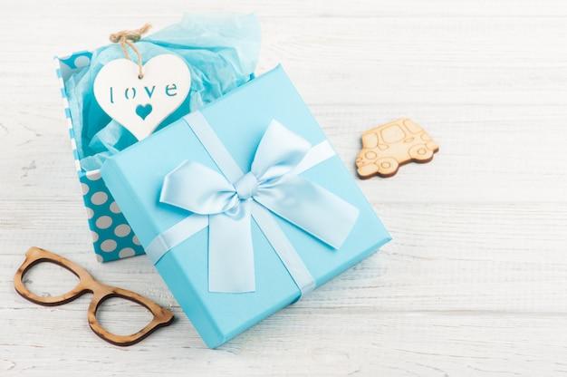 Caixa de presente azul com laço