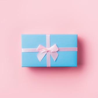 Caixa de presente azul na rosa.