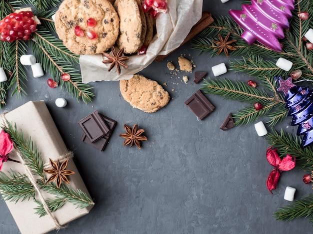 Caixa de presente biscoitos com chocolate xmas granadas de brinquedo espaço para texto