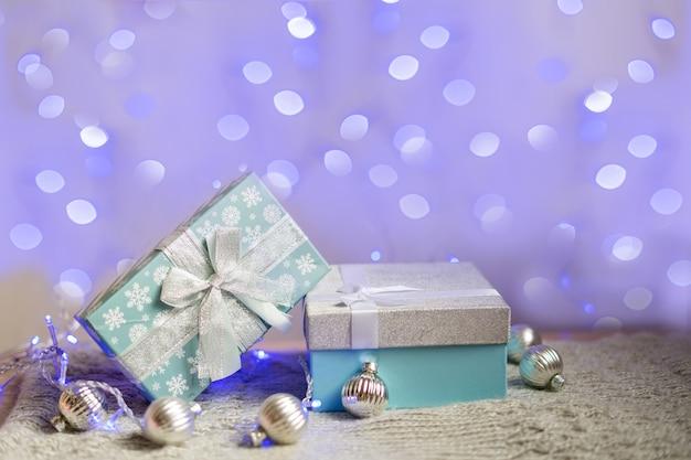 Caixa de presente blu cheia de brinquedos de natal. conceito mínimo criativo de natal. foto de alta qualidade