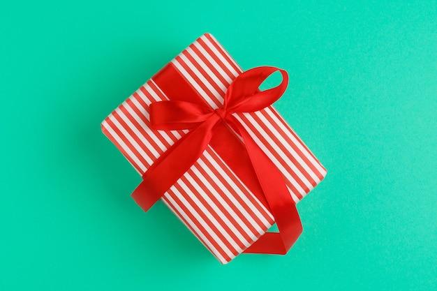 Caixa de presente bonita embrulhada em papel de férias com laço, vista superior