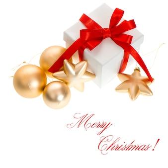 Caixa de presente branca com fita de laço vermelho bolas douradas decoração fundo branco feliz natal