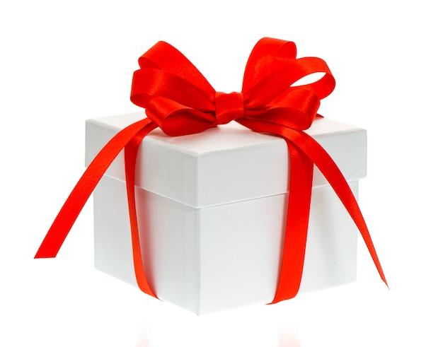 Caixa de presente branca com fita vermelha em fundo branco