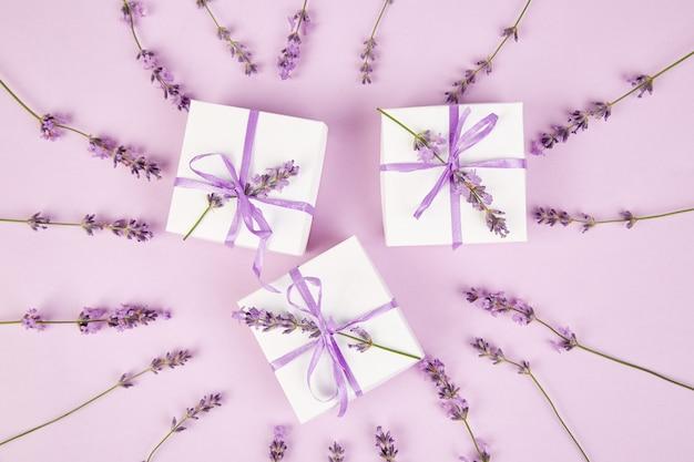 Caixa de presente branca com fita violeta e lavanda