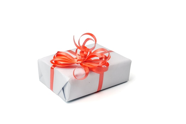 Caixa de presente branca com um laço prateado em fundo branco.