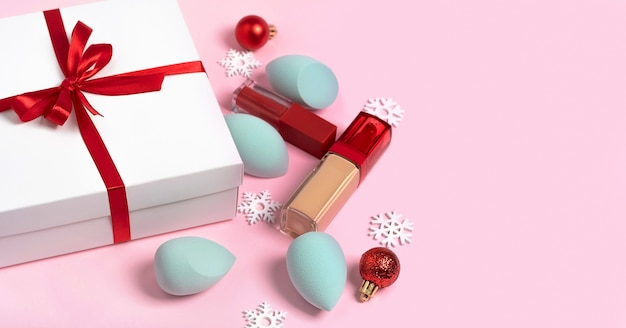 Caixa de presente branca de natal com fita vermelha para mulher conjunto de cosméticos decorativos, maquiagem e flocos de neve