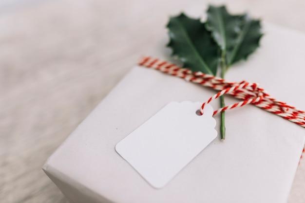 Caixa de presente branca na mesa de madeira