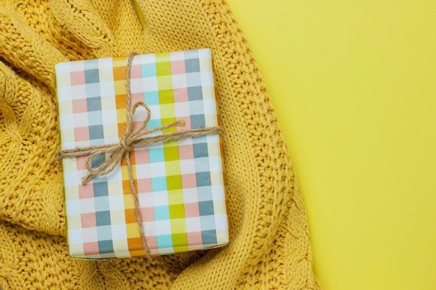 Caixa de presente colorida isolada em amarelo