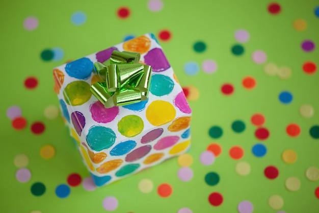 Caixa de presente colorida no fundo da cor do cal. cartão de férias