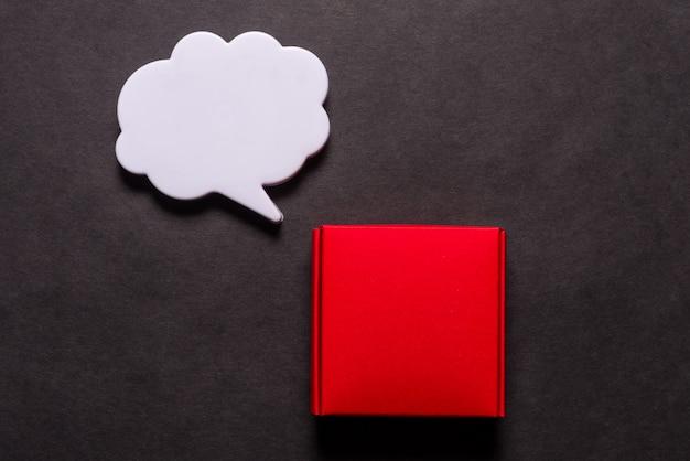 Caixa de presente com balão de diálogo