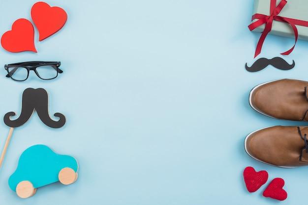 Caixa de presente com carro de brinquedo, óculos e sapatos de homem