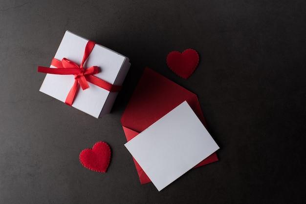 Caixa de presente com cartão branco em branco