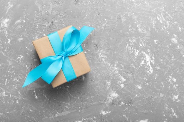 Caixa de presente com cimento cinza. vista superior com copyspace