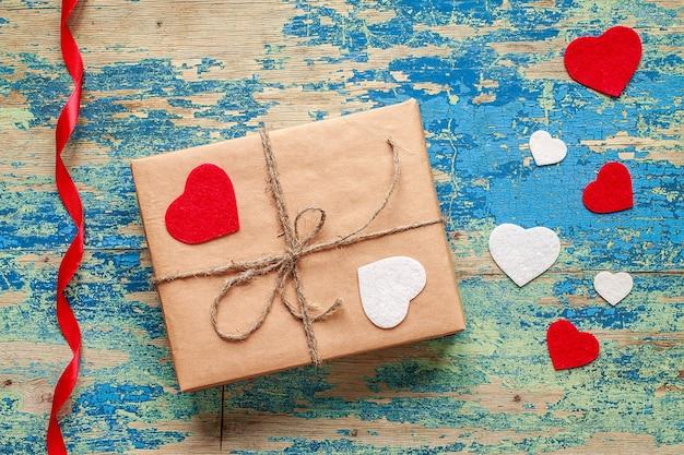 Caixa de presente com corações em azul vintage