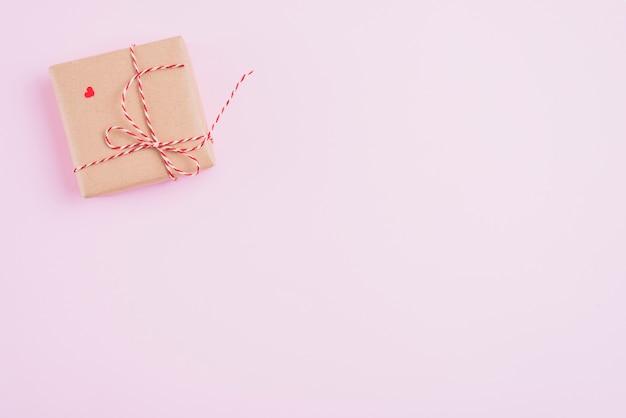 Caixa de presente com corda e coração