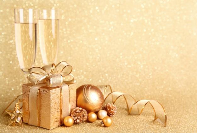 Caixa de presente com decoração de natal e taças de champanhe