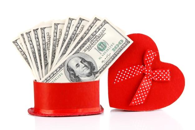 Caixa de presente com dinheiro isolado no branco