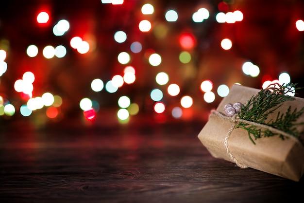 Caixa de presente com enfeites de natal