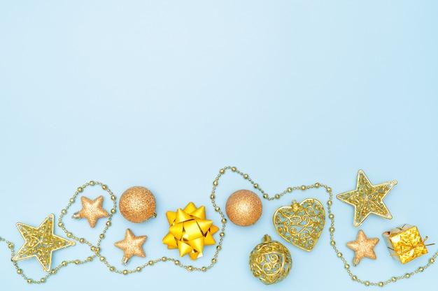 Caixa de presente com estrela dourada e bola para aniversário, natal ou cerimônia de casamento