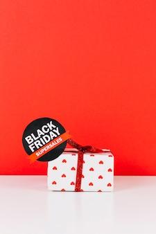 Caixa de presente com etiqueta de venda