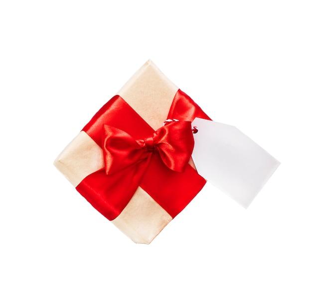Caixa de presente com etiqueta e fita vermelha.