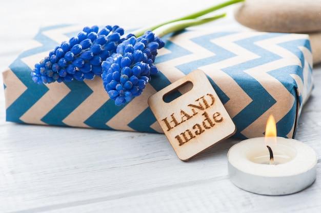 Caixa de presente com etiqueta feita à mão