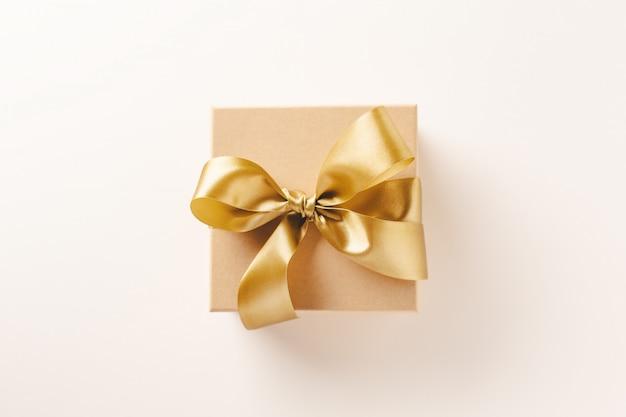 Caixa de presente com fita dourada na brilhante