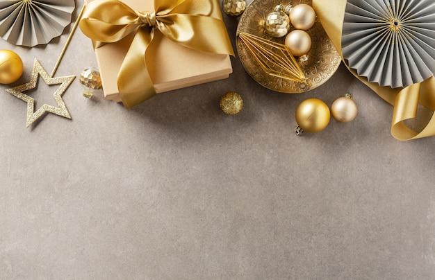 Caixa de presente com fita dourada na cinza