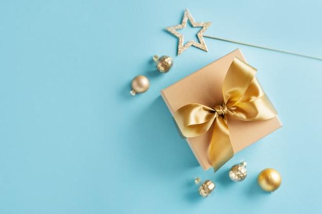 Caixa de presente com fita dourada no azul