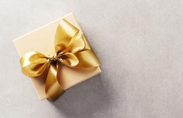 Caixa de presente com fita dourada