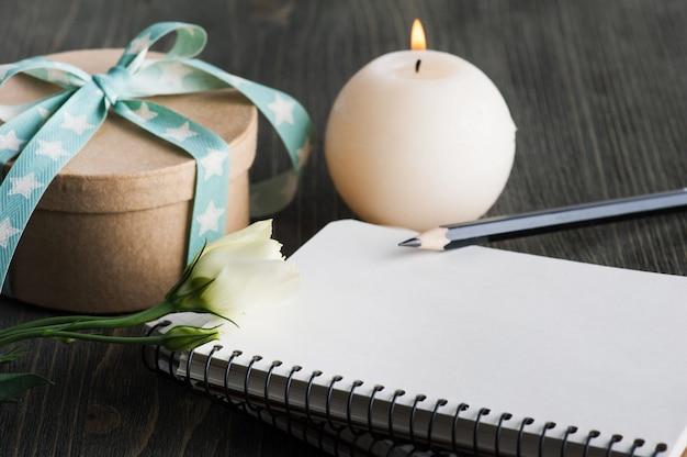 Caixa de presente com fita estrela na mesa rústica escura