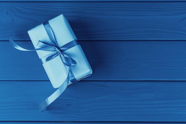 Caixa de presente com fita na cor azul clássica, vista superior
