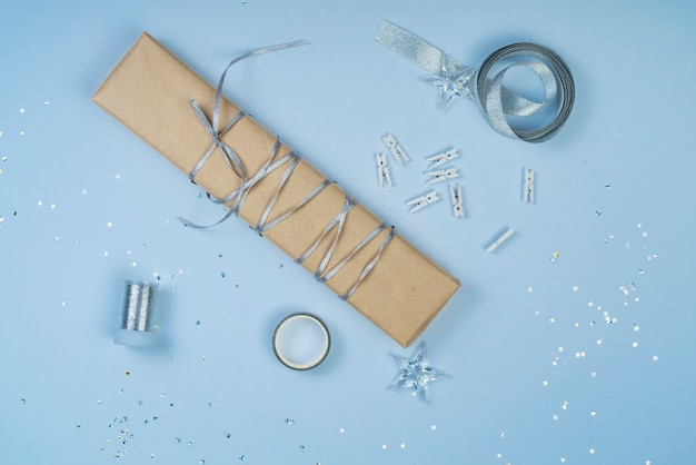 Caixa de presente com fita na mesa