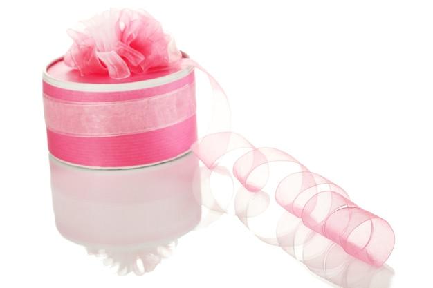 Caixa de presente com fita rosa enrolada isolada no branco